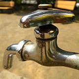 アツゥイ! 水道からお湯が!。